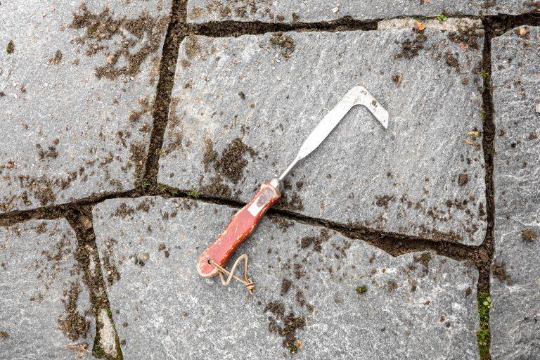 Spárová škrabka na odstraňování plevele